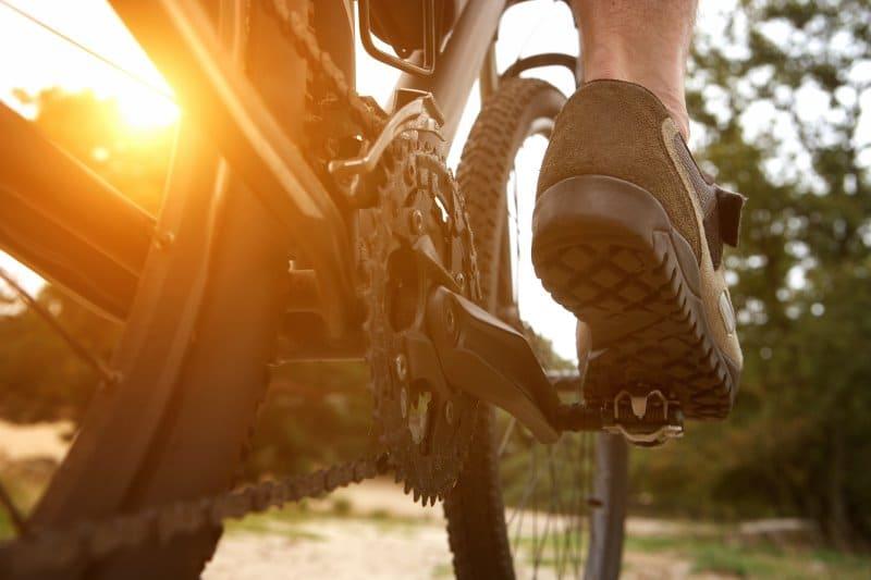 Radfahrer in Klickpedal Sicht von hinten